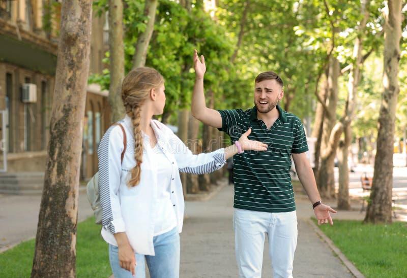 夫妇争论在街道上 在关系的问题 免版税库存照片