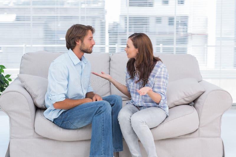 年轻夫妇争论 免版税库存照片