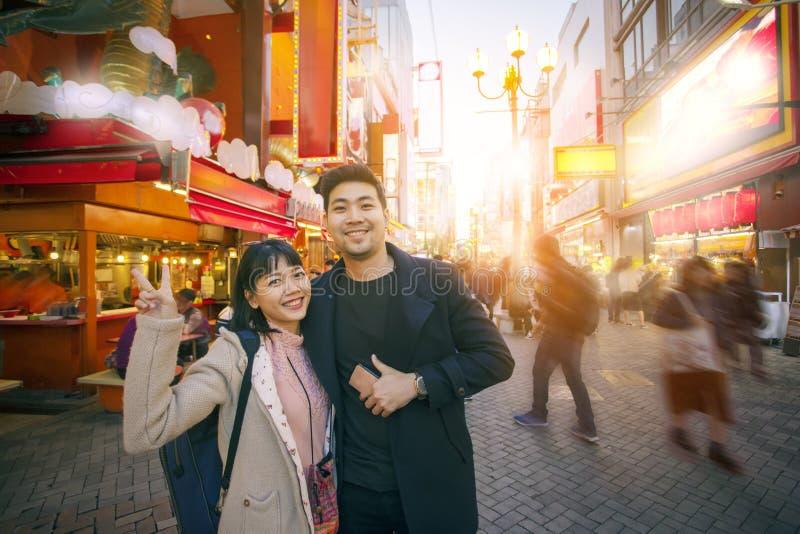 夫妇亚洲妇女幸福和放松在dotonbori多数普遍的旅行的目的地第一区在大阪日本 免版税库存图片