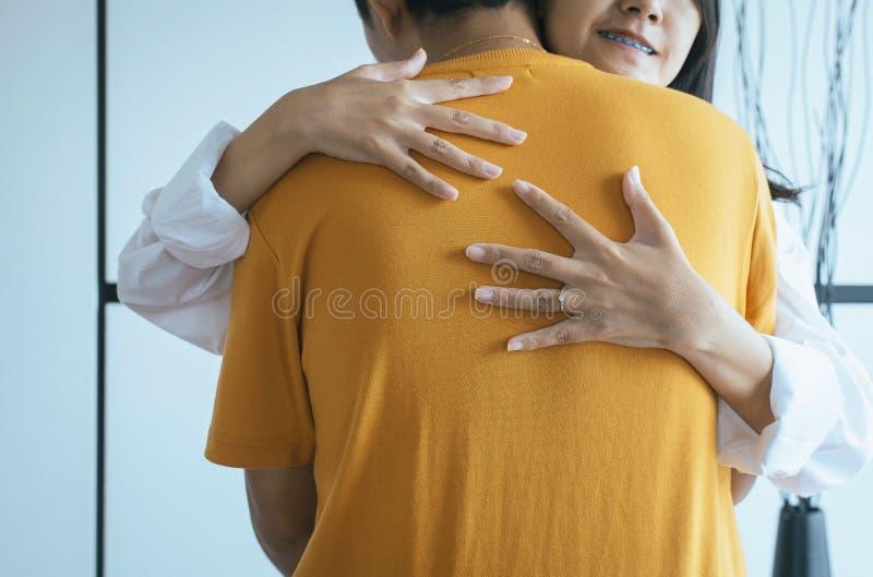 夫妇亚洲青少年拥抱温暖在可爱和浪漫片刻togethe,情人节概念,第一爱人 免版税库存图片