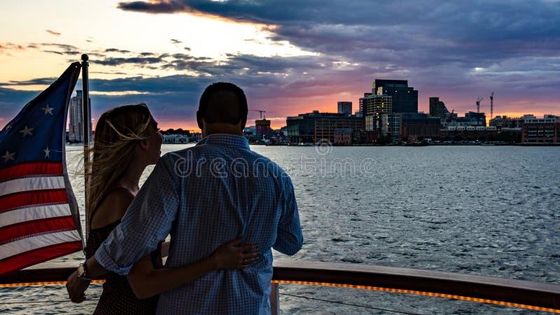 夫妇享受日落巡航 免版税图库摄影