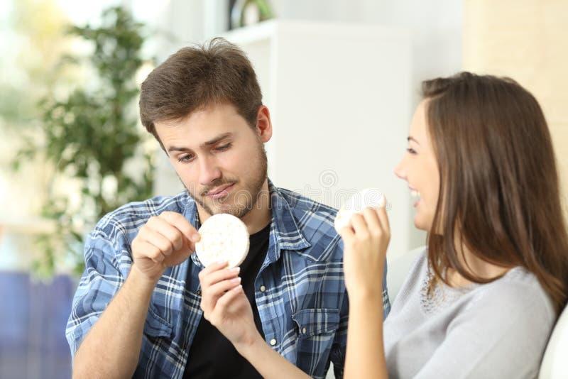 夫妇享用的和遭受的饮食 免版税库存照片