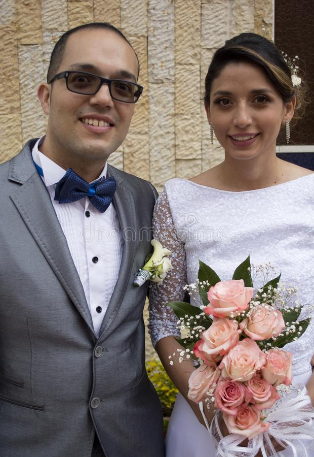 夫妇亲吻的婚礼年轻人 免版税库存图片