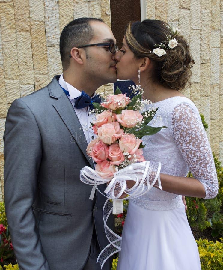 夫妇亲吻的婚礼年轻人 库存图片