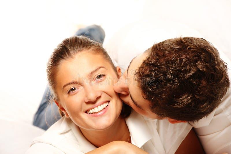夫妇亲吻的年轻人 库存照片
