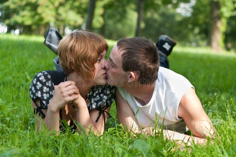 夫妇亲吻的爱的年轻人 图库摄影