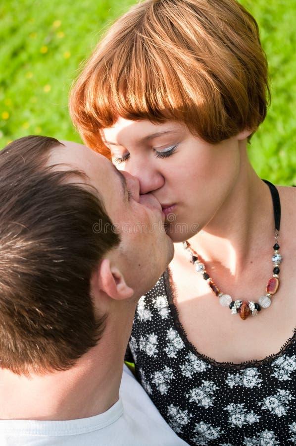 夫妇亲吻的爱的年轻人 免版税库存图片