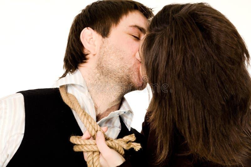 夫妇亲吻的绳索 免版税图库摄影