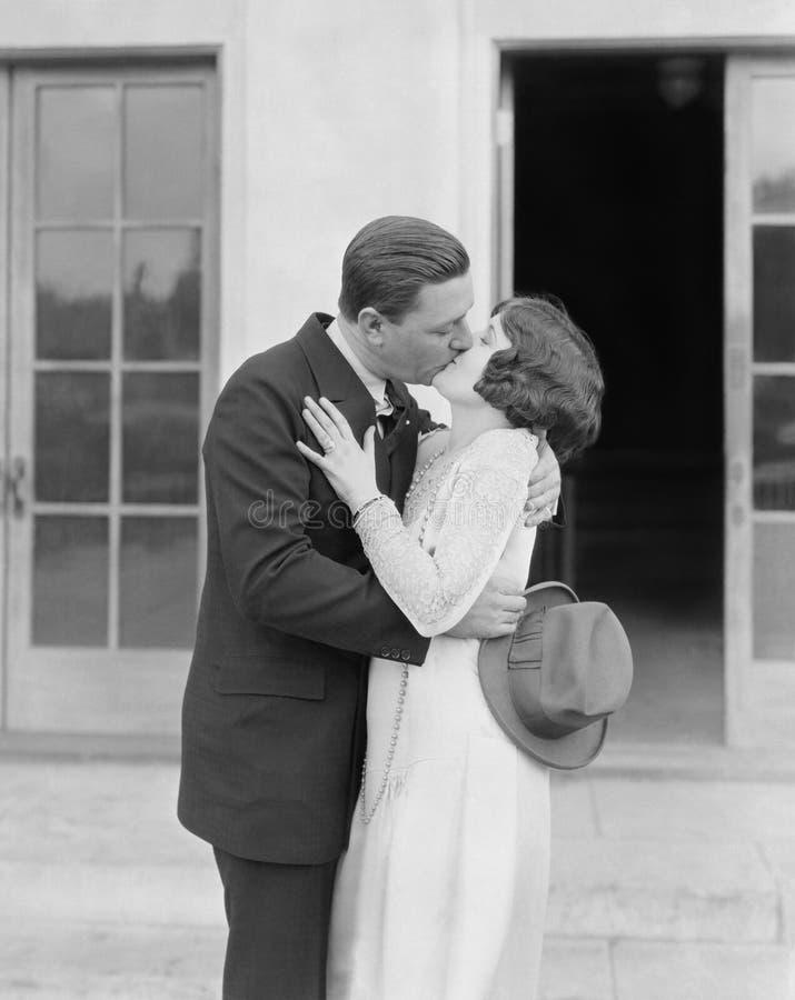 夫妇亲吻的外部(所有人被描述不更长生存,并且庄园不存在 供应商保单将有n 免版税库存图片