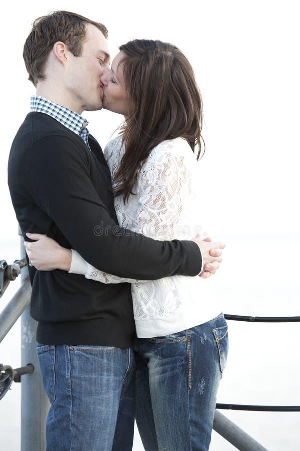夫妇亲吻的年轻人 免版税图库摄影