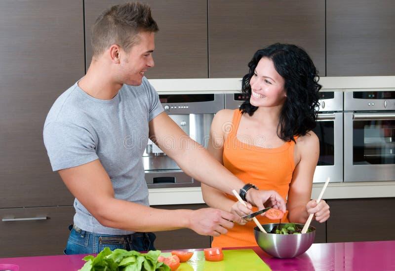 夫妇他们厨房的沙拉 免版税库存图片