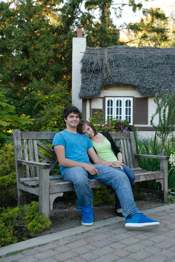 夫妇休息的年轻人 免版税库存图片