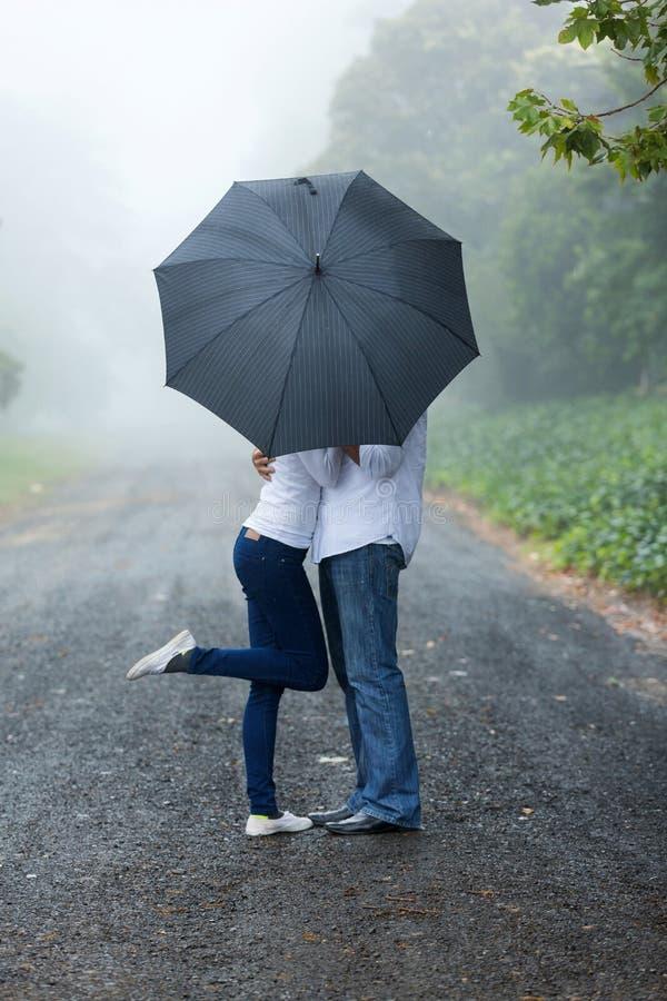 年轻夫妇伞 库存图片