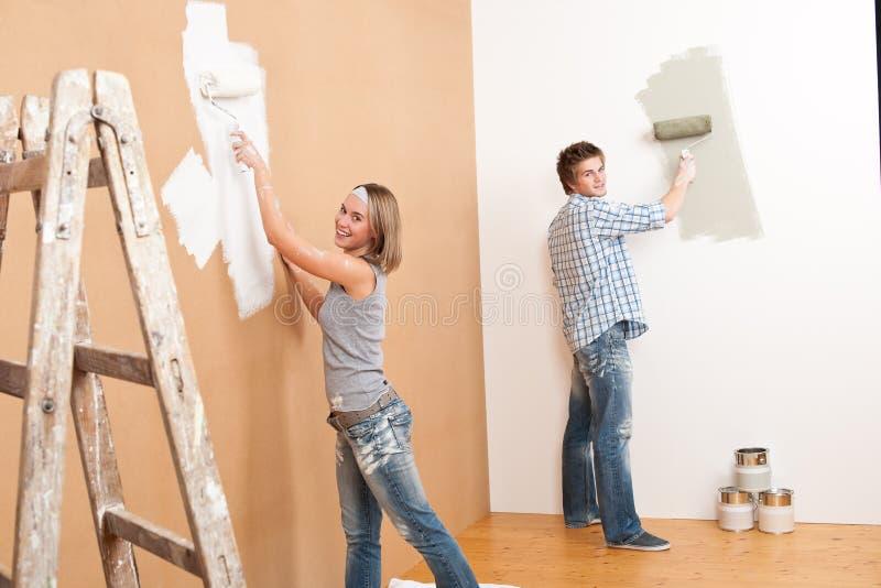 夫妇住所改善绘画墙壁年轻人 图库摄影