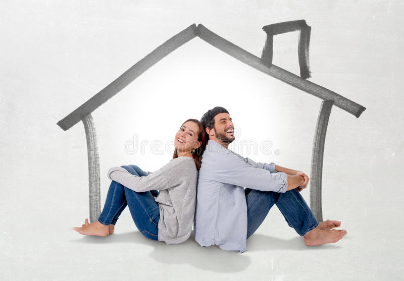 年轻夫妇作梦和想象他们的真实状态概念的新房 库存图片