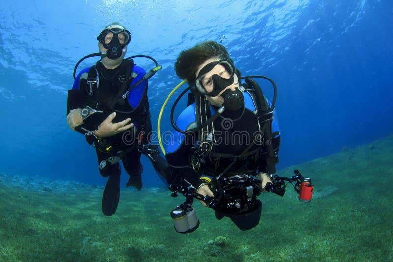 夫妇佩戴水肺的潜水 库存图片