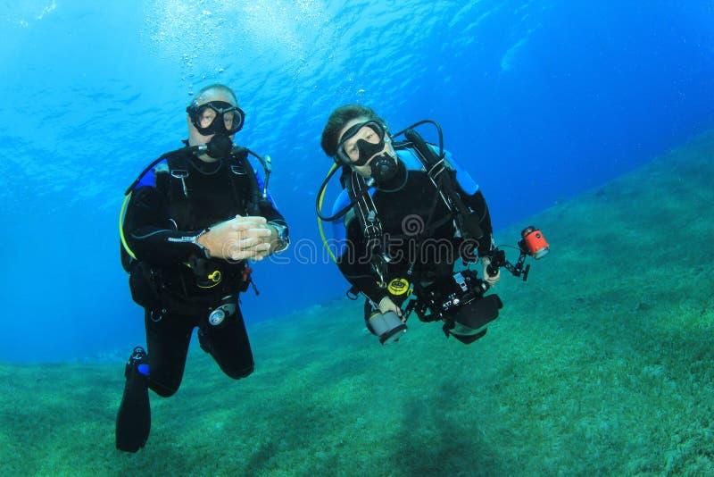 夫妇佩戴水肺的潜水 免版税库存图片