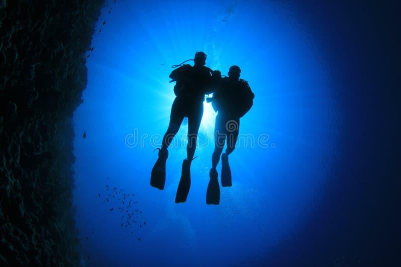 夫妇佩戴水肺的潜水 免版税库存照片