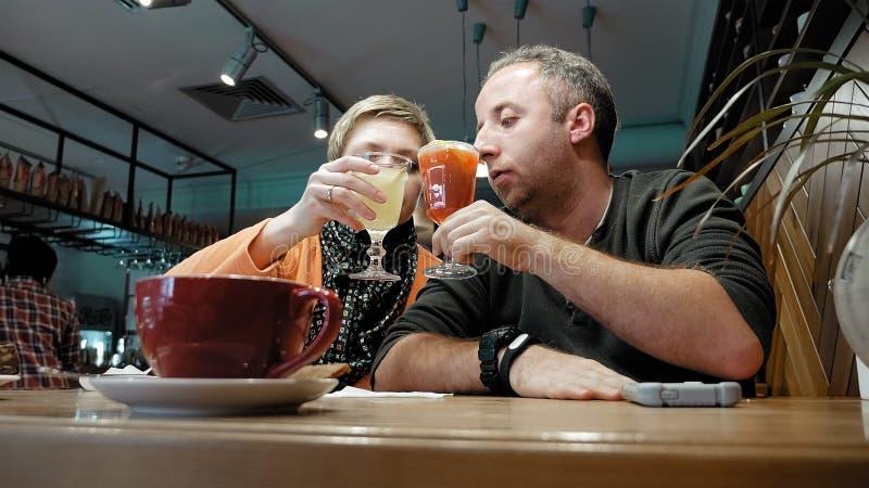 夫妇供以人员,并且妇女在咖啡馆餐馆吃谈话 图库摄影
