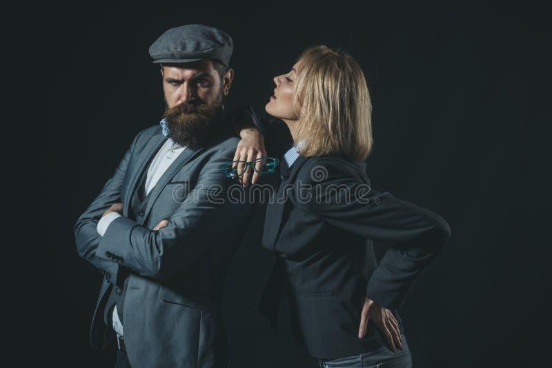 夫妇侦探调查员伙伴 合作聪明的狡猾记者调查员 夫妇穿戴的正式老 免版税库存照片