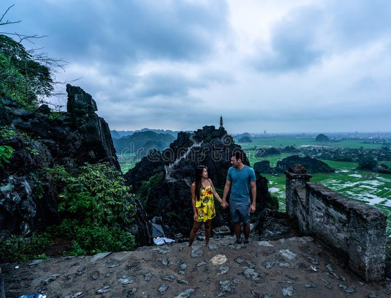 夫妇俯视越南北部山从吊Mua,一个普遍的远足的目的地的 免版税库存照片
