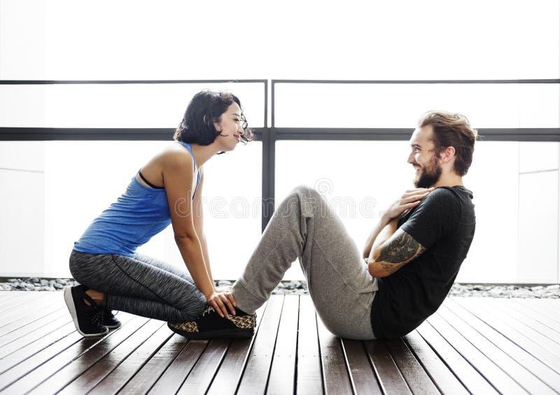 夫妇健康教练员锻炼运动适合健身房概念 免版税库存照片