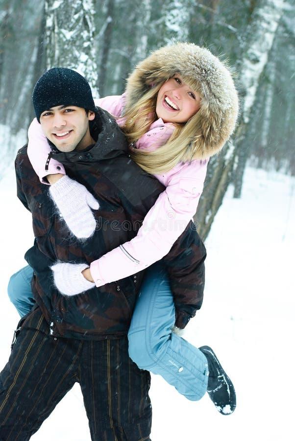 夫妇公园冬天年轻人 免版税库存图片