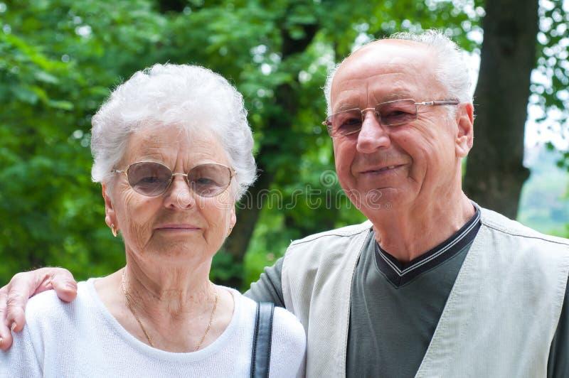 夫妇公园前辈微笑的联系 图库摄影