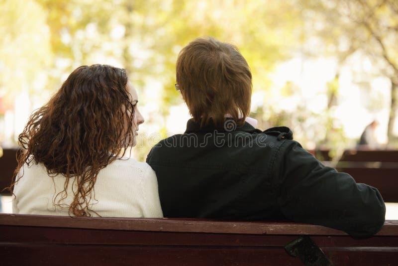 夫妇公园背面图年轻人 库存图片