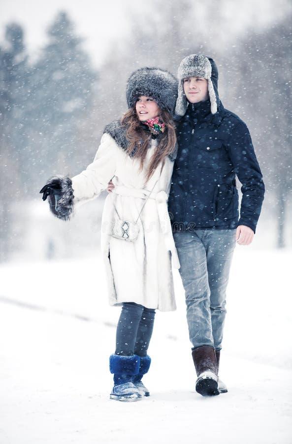夫妇公园走的年轻人 库存图片