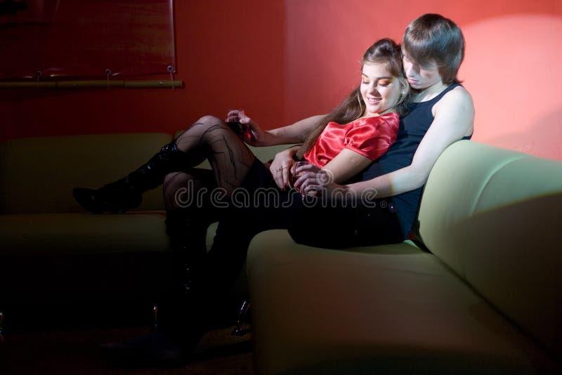 夫妇内部红色年轻人 免版税库存图片
