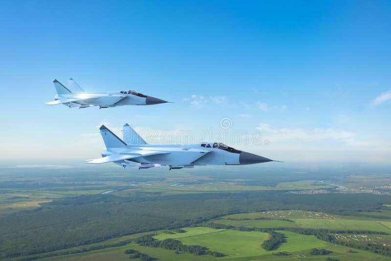 夫妇军用喷气式歼击机飞机,飞行在地面上 向量例证