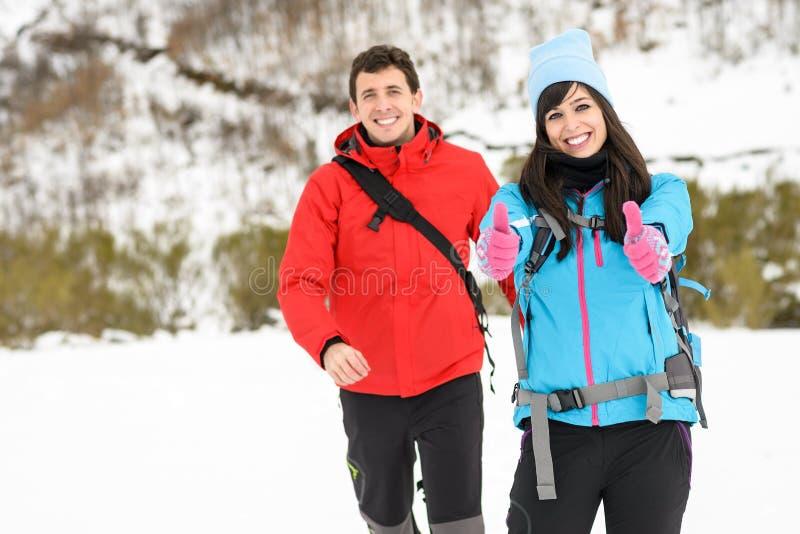 夫妇冬天山高涨 免版税库存图片