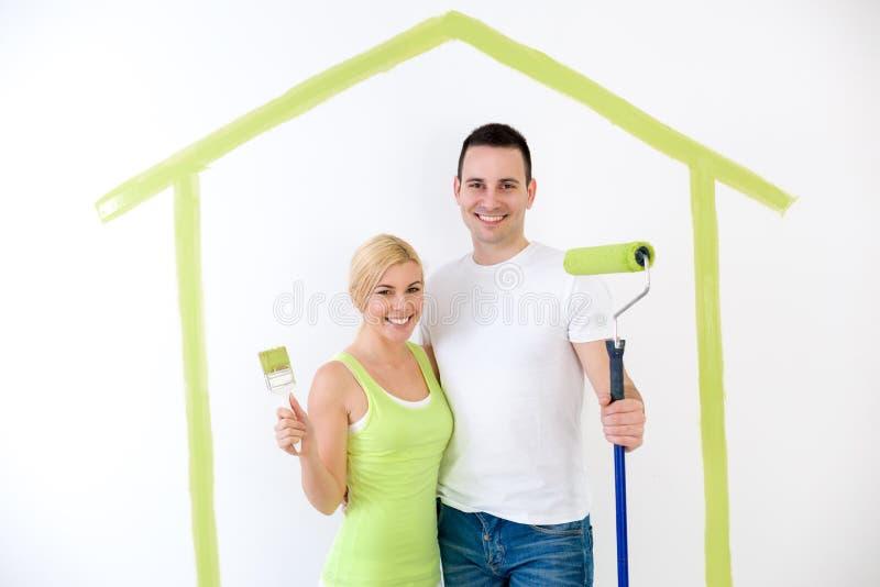 夫妇准备好对绘他们的家 库存图片