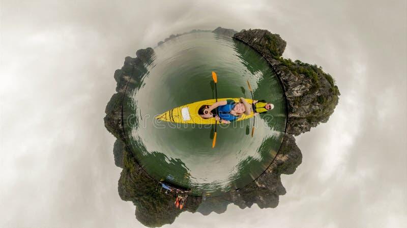夫妇划皮船的下龙湾 图库摄影