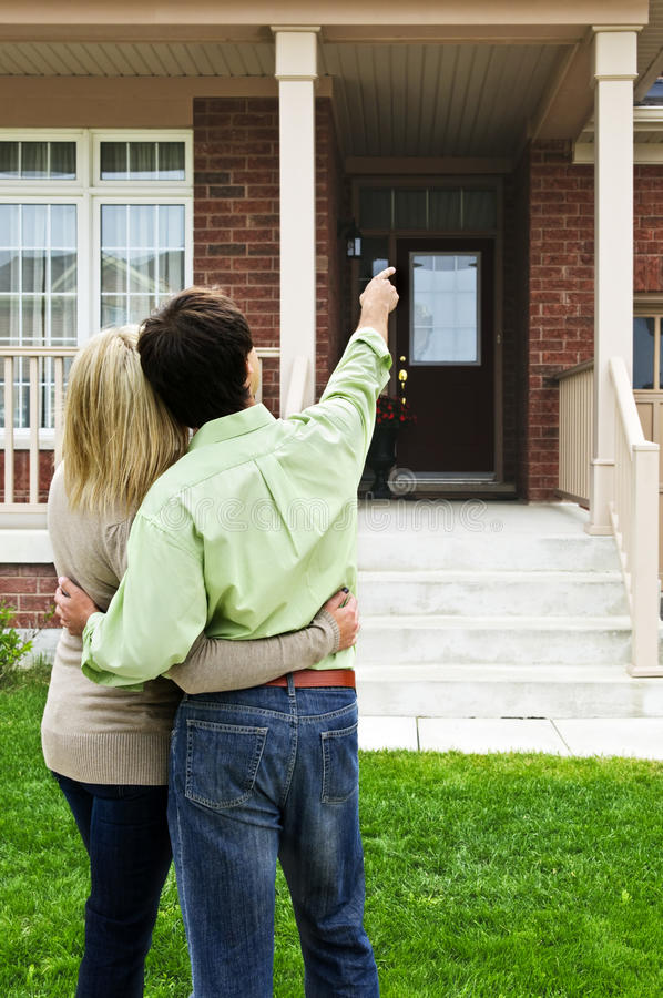 夫妇前愉快的家 免版税库存图片