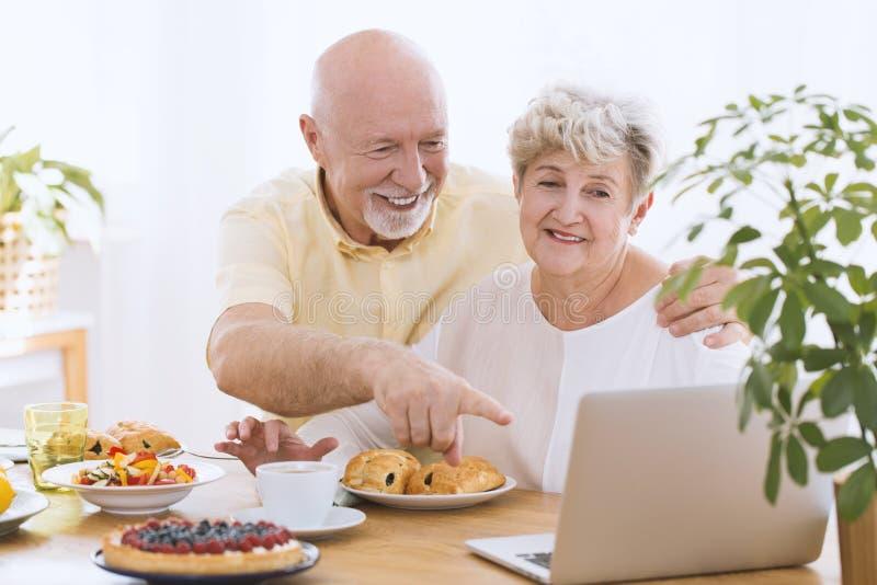 夫妇前辈微笑 免版税库存图片