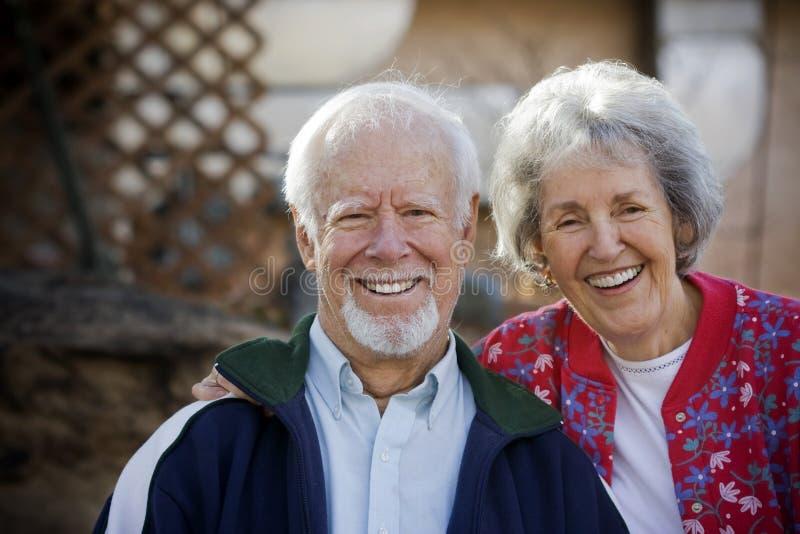 夫妇前辈微笑 免版税库存照片