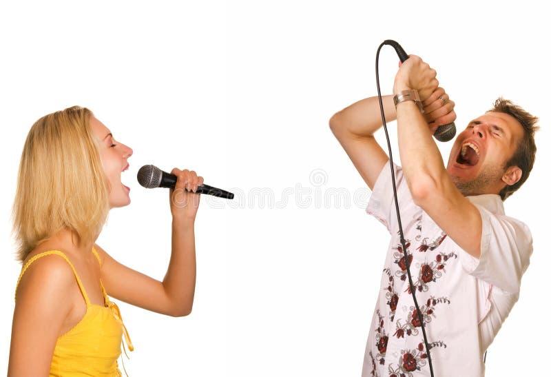 夫妇卡拉OK演唱唱歌 免版税图库摄影
