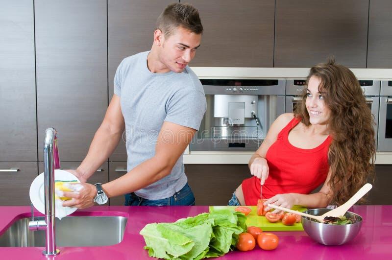 夫妇厨房人洗涤的年轻人 免版税库存图片