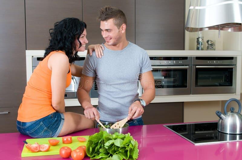 夫妇厨房年轻人 免版税库存照片