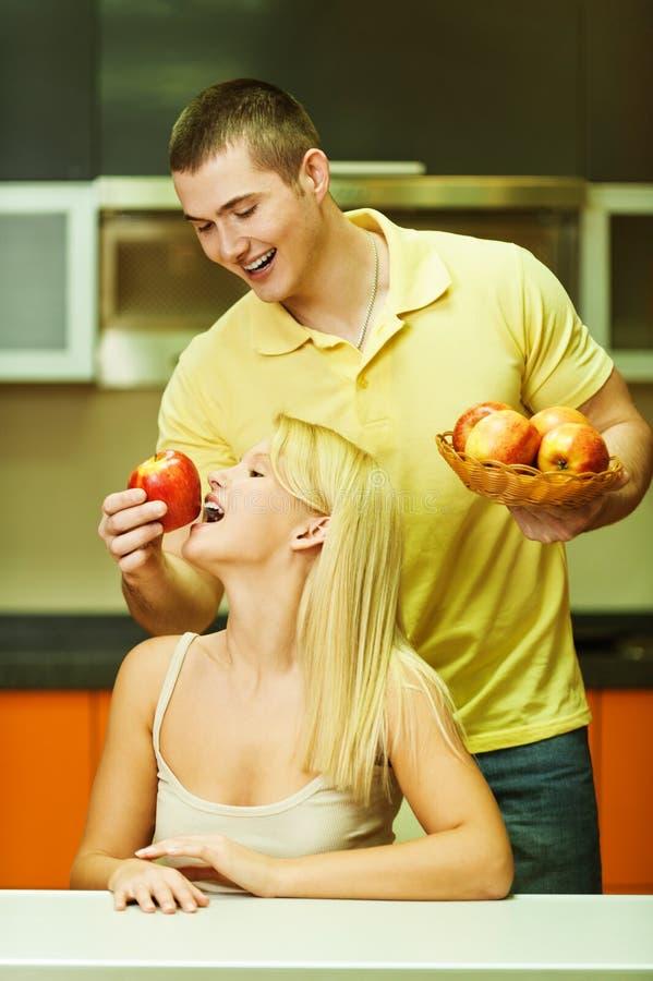 夫妇厨房年轻人 图库摄影