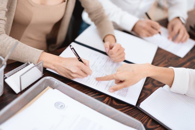夫妇去律师达成关于离婚的一个协议 免版税库存图片