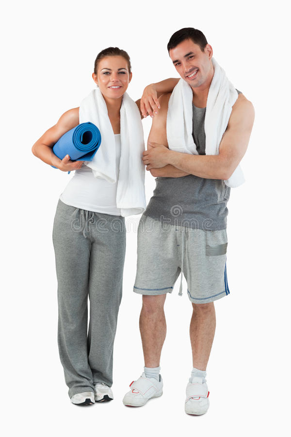 夫妇去的纵向实践对瑜伽 免版税库存照片