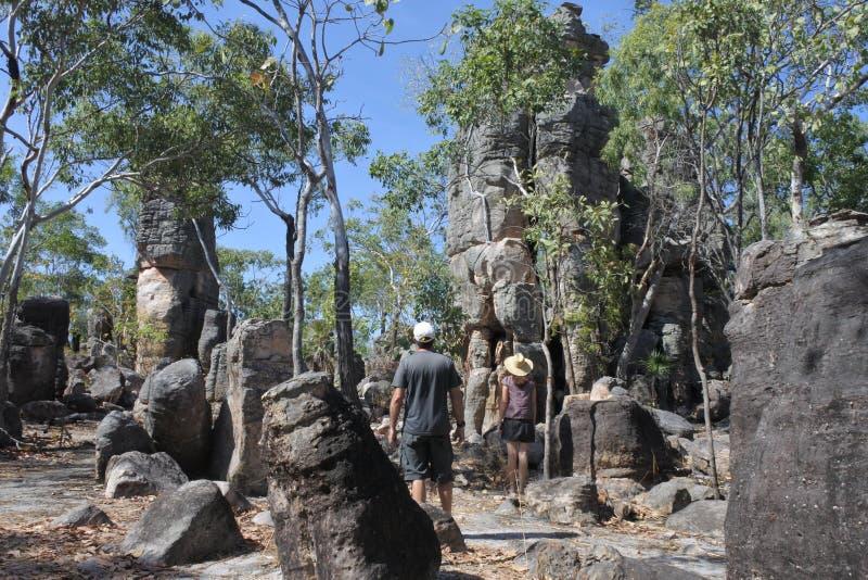 夫妇参观在利奇费尔德国立公园北方领土的澳大利亚失去的城市 库存照片