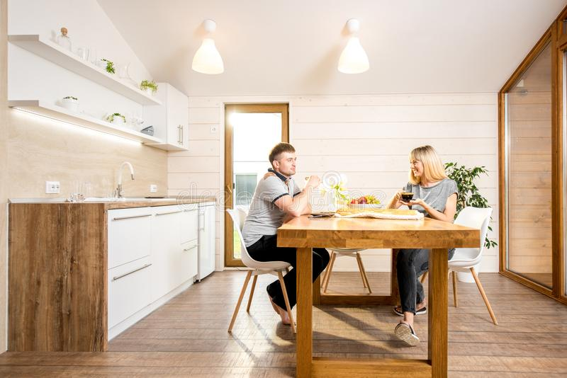 夫妇吃早餐在乡间别墅 库存图片