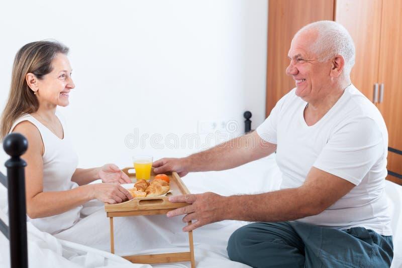 夫妇吃早餐在河床 免版税库存图片