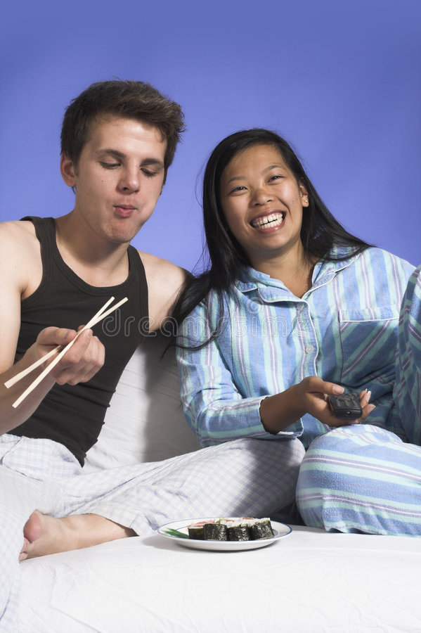 夫妇吃电视注意 免版税库存照片