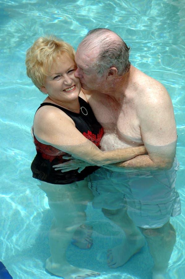 夫妇合并高级游泳 免版税库存照片