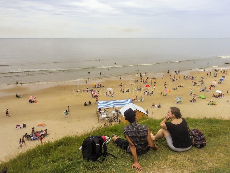 年轻夫妇后面看法在海滩的 免版税库存图片